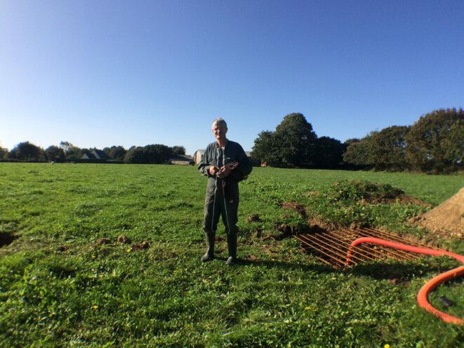 Yvon Cras devant le chantier de sa future éolienne