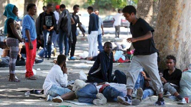 Des migrants à la gare de Tiburtina à Rome