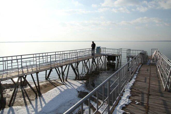 Des pontons au bord du lac Hongjiannao