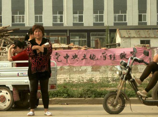 """Les paysans de Baigou dressent des banderoles demandant aux autorités locales de s'en tenir à la loi. Comme celle-ci: """"il faut r"""