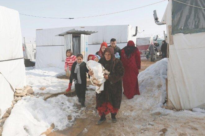 Des Syriens dans un camp de réfugiés situé dans la vallée de la Bekaa, au Liban © Reuters