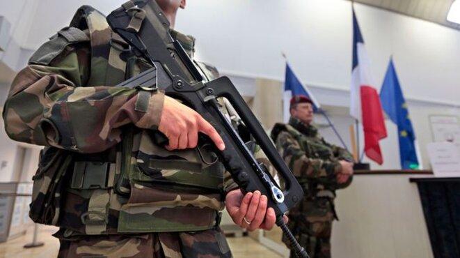 Gardes militaires pour plan vigipirate à la préfecture de Nice, février 2015 © Reuters/Éric Gaillard