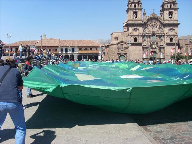 Banderolle de la terre mère © Indignés Pérou