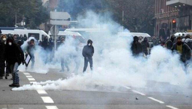 Gaz lacrymo contre manifestants lycéens pacifiques, Toulouse, 8 nov 2014 © AFP - Remi Gabalda