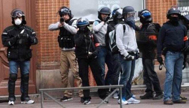 """Policiers dits """"anti-émeutes"""" provoquant les incidents de violence à Toulouse le 8 novembre 2014 © AFP - Remi Gabalda"""