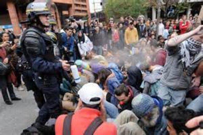 Policiers gazant les manifestants lycéens pacifiques en siting à Toulouse le 8 novembre 2014 © AFP - Remi Gabalda