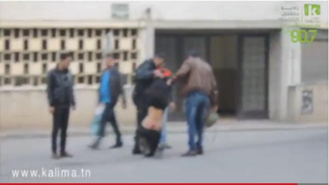 Une fille molestée par la police à Tunis © Malika