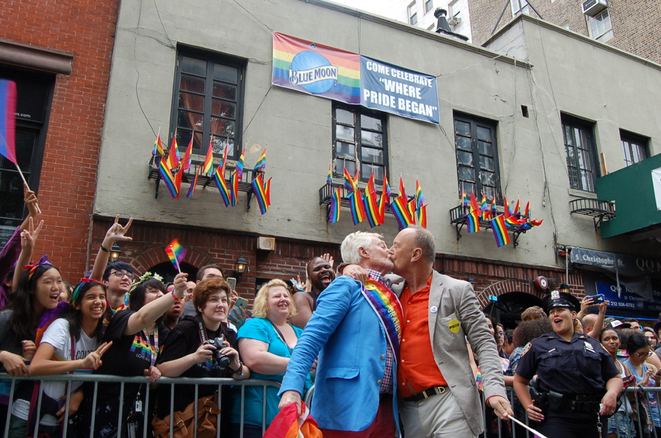 Derek Jacobi & Richard Clifford devant The Stonewall Inn