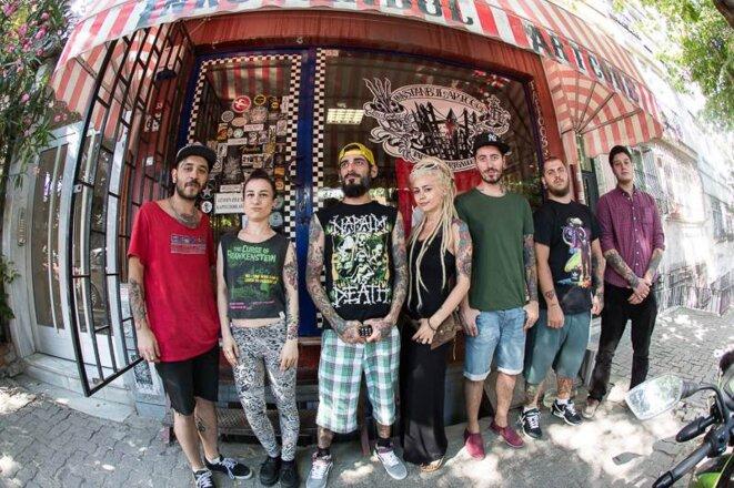 Danny Garcia et son équipe devant son shop. © P-Mod