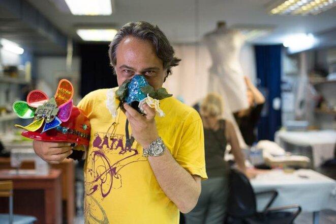 Barbaros Sansal dans son atelier de couture (© P-Mod)