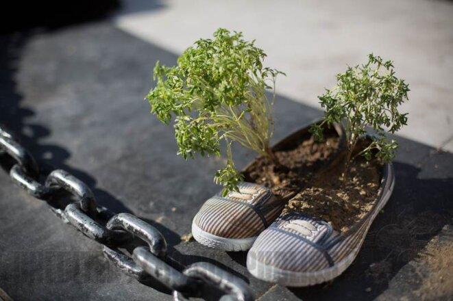 Des chaussures à côté du mémorial en hommage aux morts du mouvement dans le quartier de Besiktas (© P-Mod)