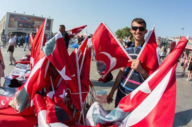 Vendeur de drapeaux dans la rue. © P-Mod