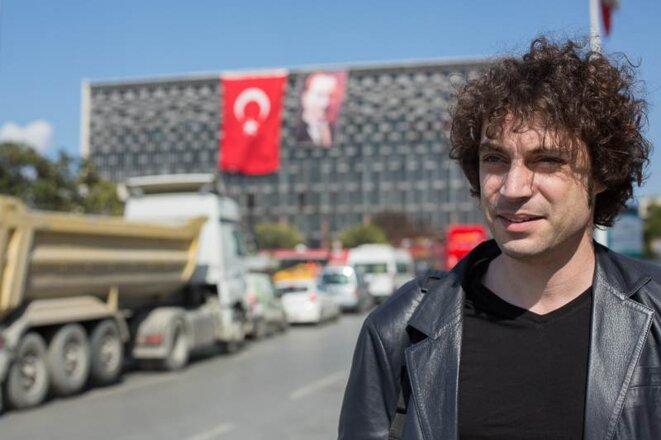 Özgür Mumcu, devant le centre culturel de la place Taksim. © P-Mod