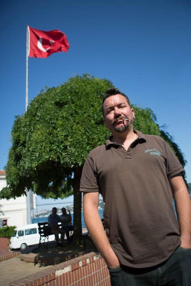 Özgürol Öztürk, sur le parvis de l'université Galatasaray. © P-Mod