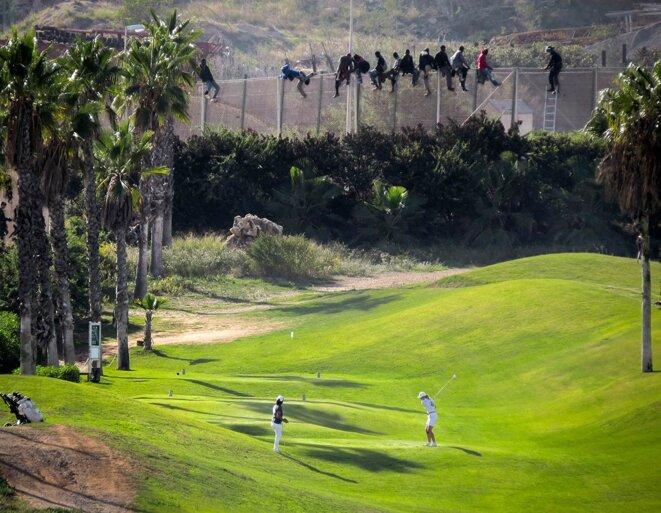 Melilla, octobre 2014 : migrants suspendus à la frontière entre le Maroc et l'enclave espagnole.