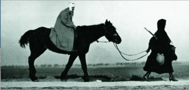 1918 - Une femme ramène son époux blessé au foyer.