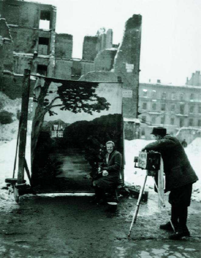 Nov. 1946 : A Varsovie, un portraitiste tente de masquer les ravages de la guerre sur la capitale polonaise.