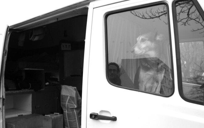 Dans son camion aménagé, Camille Montoir vit toute l'année © E.B
