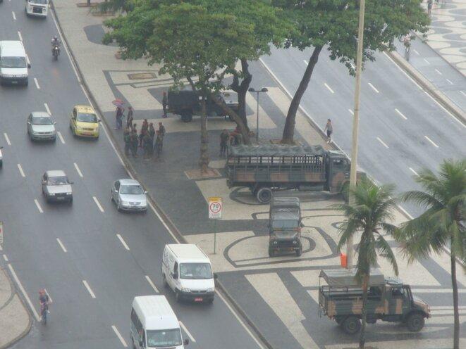 ...par des militaires en camion et des soldats © Alter-Echos (www.alter-echos.org)