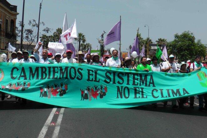 Ouverture de la marche à Lima - 20 000 manifestants © Maxime Combes