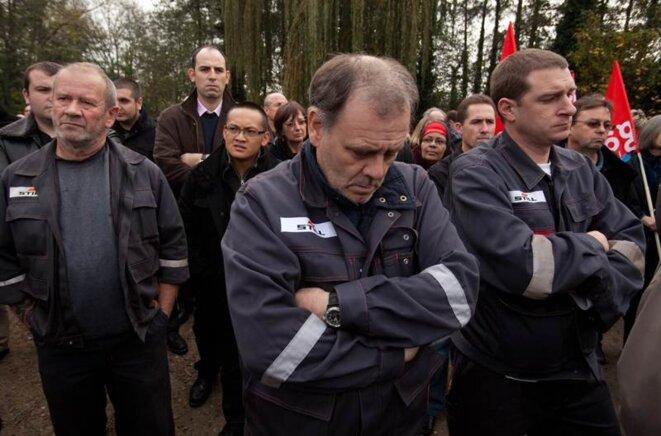 Travailleurs de chez Still-Saxby rendent hommage à leur camarade, José Montero, décédé quelques jours auparavant; le 18/11/11. © Thomas Haley