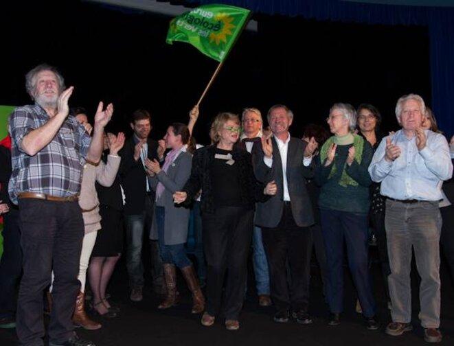 Fin de la réunon publique, les amis d'Eva Joly montent sur l'estrade pour l'applaudir. le 3/02/12. © Thomas Haley