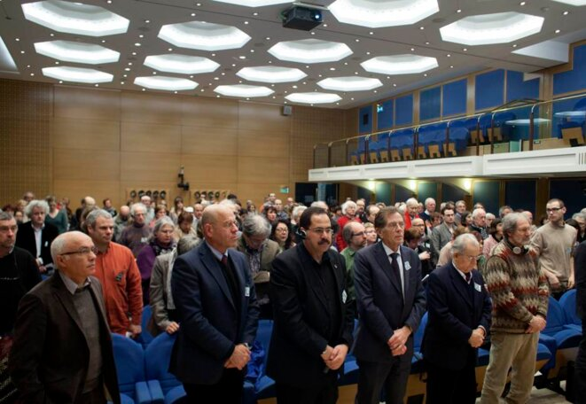 Une minute de silence en hommage à Stéphane Hessel.