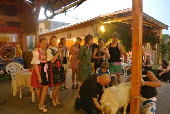 La dure adaptation des urbains aux vicissitudes de la vie rurale à Plaveč. Le philosophe apprend à traire une chèvre. © Marta Jonville