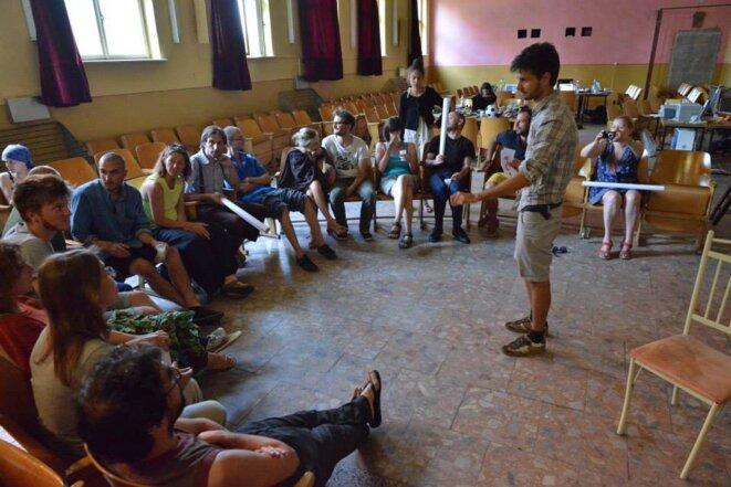 Conférence de Laszlo au vieux cinéma de Plaveč, où nous travaillons © Fred Desmesure