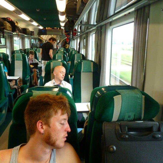 Nous avons pris le train. Au premier plan, Nils Clouzeau, à l'arrière plan Guillaume du Boisbaudry © Marta Jonville