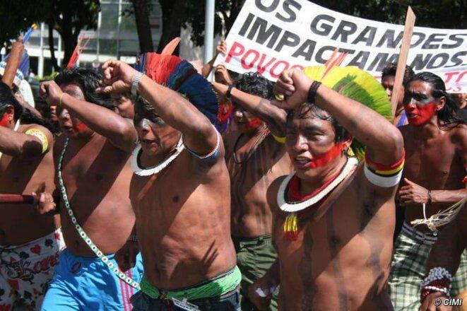 Les Indiens manifestent à Brasilia.