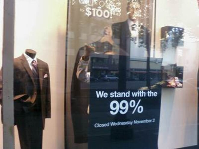 Photo du cinéaste Michael Moore montrant la vitrine d'une boutique fermée en solidarité avec les manifestants.