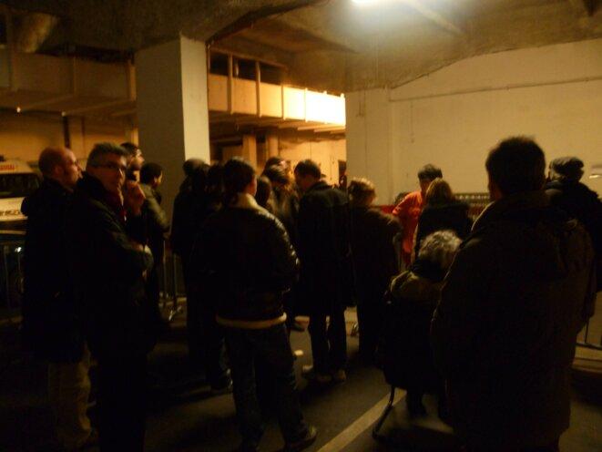 Les manifestants parqués dans le commissariat.