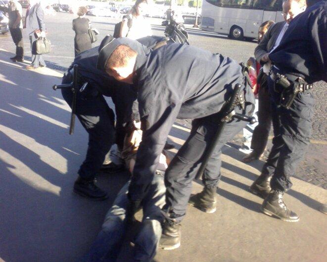 Un « géneur » du Siècle embarqué par la police.