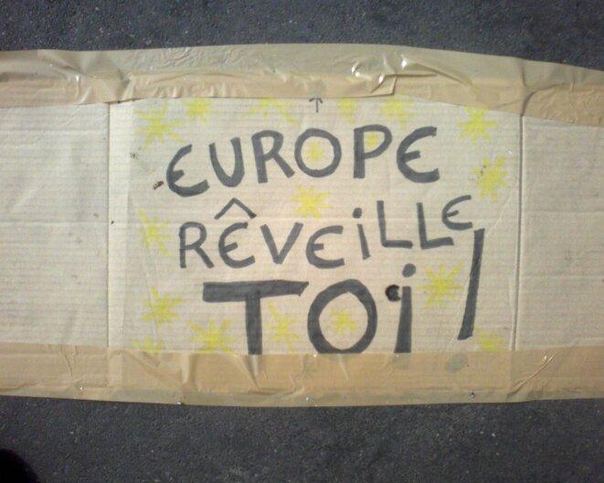 Affiches des indignés à Paris, place de la Bastille