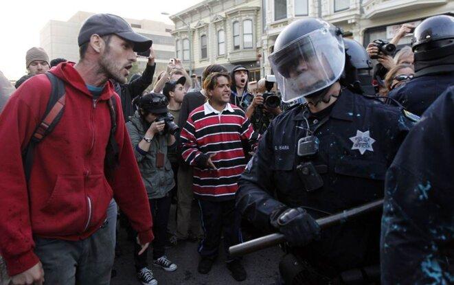 Face à face avant les affrontements à Oakland.