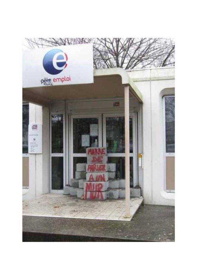 Une agence de Pôle emploi murée par un collectif de chômeurs à Rennes.
