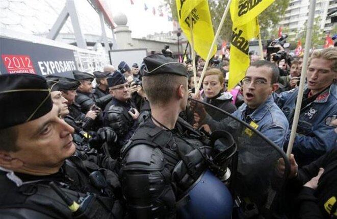 Syndicalistes de l'Union Solidaire industrie à l'entrée du Mondial de l'automobile, en octobre 2012