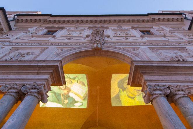 Manon Recordon, transformant le plafond de la loggia en écran pour une double projection vidéo © (c)Giovani De Angelis