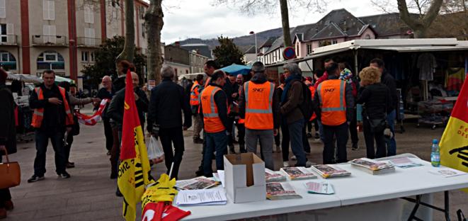 Les cheminots ariégeois en grève sur le marché de Foix