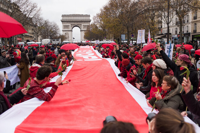Dans Paris, des milliers de militants du climat pas d'accord avec l'accord