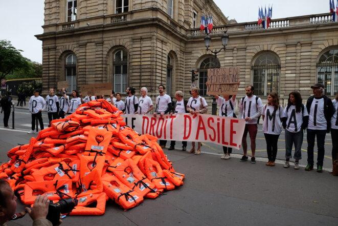 348 gilets de sauvetage devant le Sénat