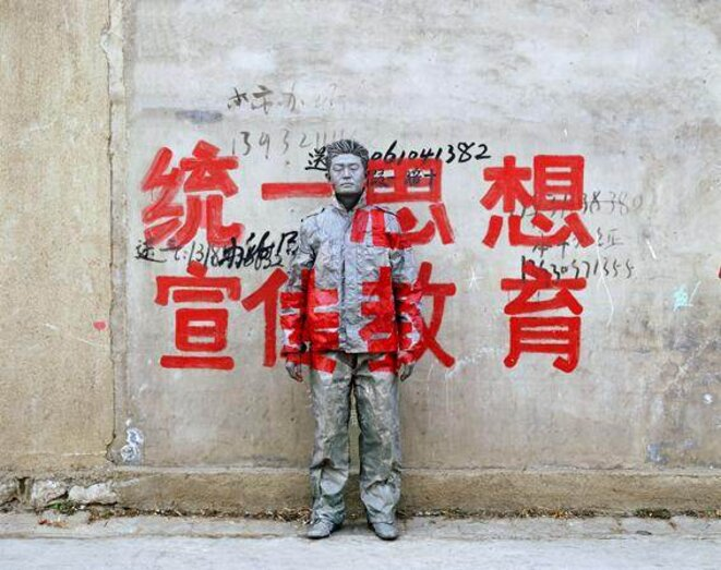 "Hide in the city - 36 - 2007 ""Unify the Thought to Promote Education More"" © Liu Bolin / courtesy galerie Paris-Beijing"