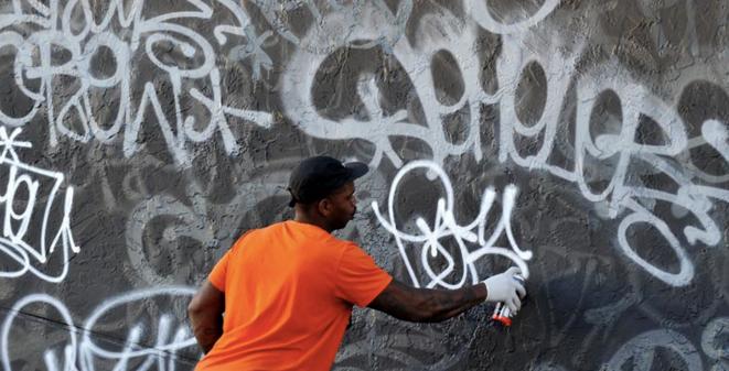 Earsnot peignant un mur à Miami © Martha Cooper