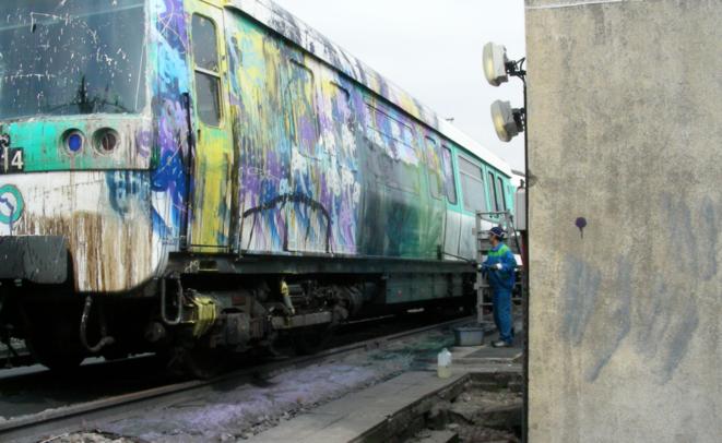 Nettoyage d'une peinture de azyle © azyle