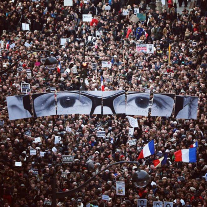 Le regard de Charb à Paris lors de la marche du dimanche 11 janvier à Paris  © JR