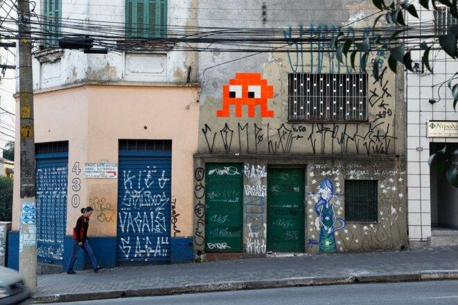 """Invader à São Paulo avec des mosaïques de """"cimeterio de azulejos"""" et entouré des """"Pixos"""" © Space Invader"""