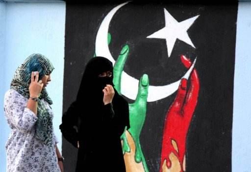 1_Deux_libyennes_devant_un_mur_peint.jpg