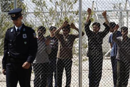 Des étrangers détenus au camp d'Amygdaleza – aujourd'hui progressivement ouvert –le 30 avril 2012. © Reuters