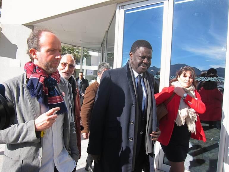 L'écologiste Sébastien Barles à gauche de Pape Diouf.
